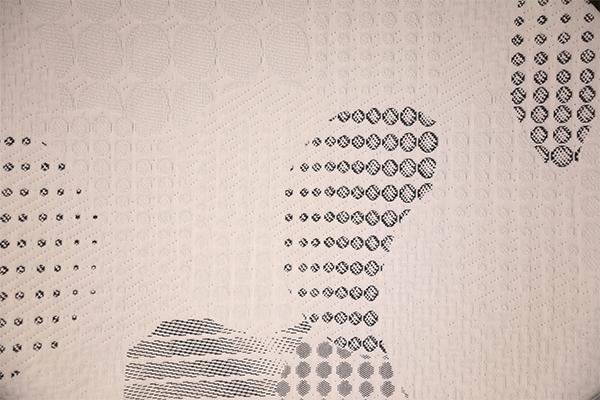 Capa de aire de punto moteado en blanco y negro