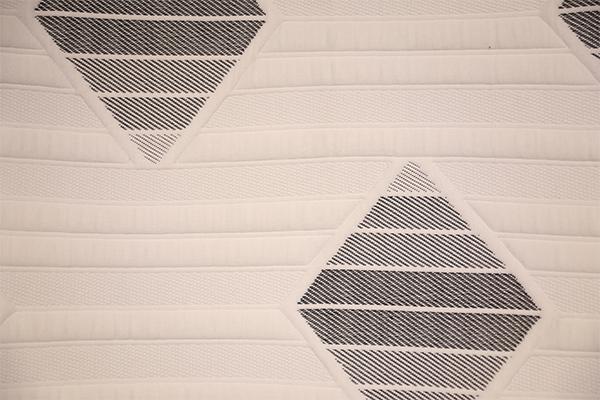 Simple capa de aire tejida en blanco y negro